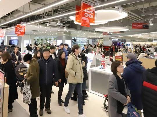 고객들이 지난 9일 정식으로 문을 연 롯데하이마트 메가스토어 잠실점을 방문하고 있다. (사진=롯데하이마트)
