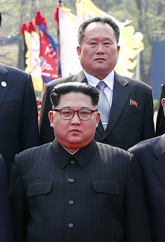 지난 2018년 4월 17일 판문점에서 열린 남북정상회담에서 기념촬영을 하고 있는 김정은 북한 국무위원장과 리선권