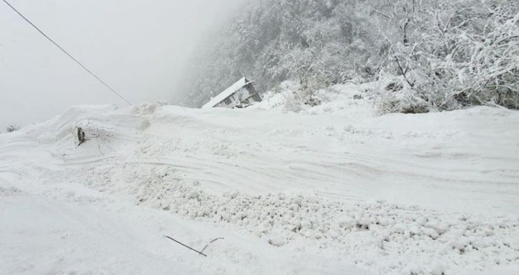 ▲폭설 내린 안나푸르나. 네팔 안나푸르나 눈 사태로 한국인 4명이 실종됐다. [이미지출처=연합뉴스]
