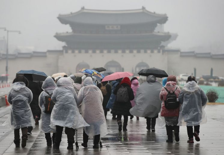 비가 내린 지난 19일 오후 우비를 입은 시민들이 서울 광화문광장을 지나고 있다. / 사진=연합뉴스