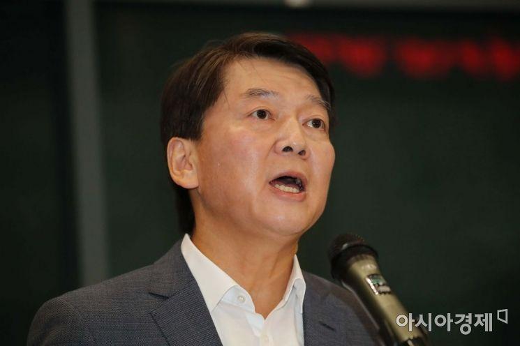 바른미래당 안철수 전 의원이 19일 인천국제공항을 통해 귀국하고 있다. /문호남 기자 munonam@