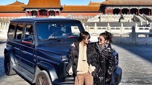 중국 자금성에 차를 타고 들어가 사진 찍은 여성들. 사진=웨이보