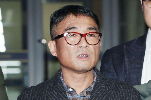 성폭행 혐의을 받는 가수 김건모가 피의자 조사를 마친 뒤 15일 오후 서울 강남경찰서를 빠져나온 뒤 취재진의 질문에 답하고 있다.사진=연합뉴스.
