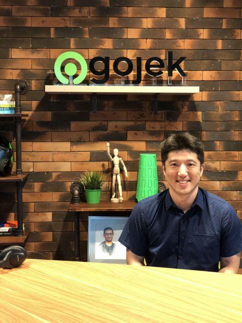 앤드류 리 고젝 글로벌 총괄이 고젝의 창업자인 나딤 마카림 이 팟캐스트를 녹음하는 스튜디오에서 포즈를 취하고 있다.
