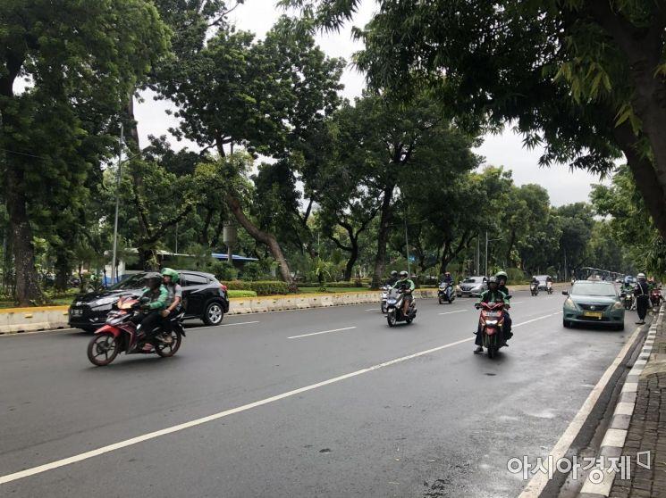 인도네시아는 출퇴근 시간대에 극심한 교통체증 때문에 오토바이 택시를 타는 사람들이 많다. 오토바이와 차량을 포함해 고젝에 등록된 드라이버 수는 약 200만명에 달한다. 고젝은 1위 사업자인 블루버드 택시와 제휴를 맺고 고젝 앱에서 호출할 수 있는 기능을 제공하고 있다.