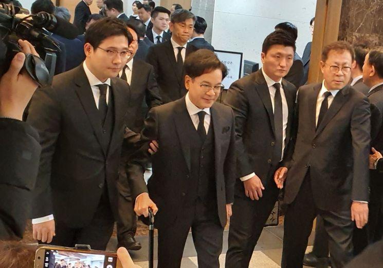 이재현 CJ그룹 회장이 20일 오후 서울 아산병원에 마련된 고 신격호 명예회장의 빈소를 찾아 조문한 뒤 장례식장을 빠져나가고 있다.