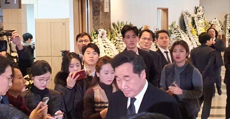 이낙연 전 국무총리가 20일 오후 서울아산병원에 마련된 고 신격호 명예회장의 빈소에 들어서고 있다.