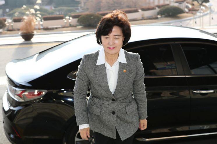추미애 법무부 장관이 지난 17일 오전 정부과천청사 법무부로 출근하고 있다/사진=연합뉴스