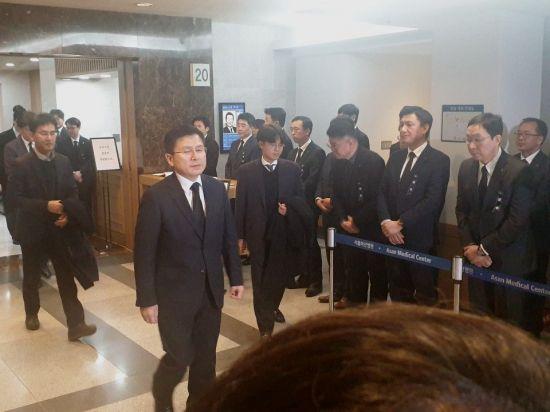 롯데그룹 신격호 명예회장의 빈소를 20일 밤 8시46분경 방문한 자유한국당 황교안 대표(가운데)가 조문을 마치고 걸어나오고 있다.