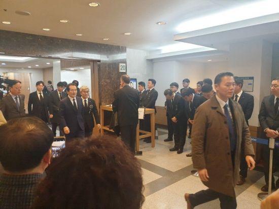 롯데그룹 신격호 명예회장의 빈소를 20일 밤 8시46분경 방문한 정세균 국무총리(가운데)가 조문을 마치고 걸어나오고 있다.