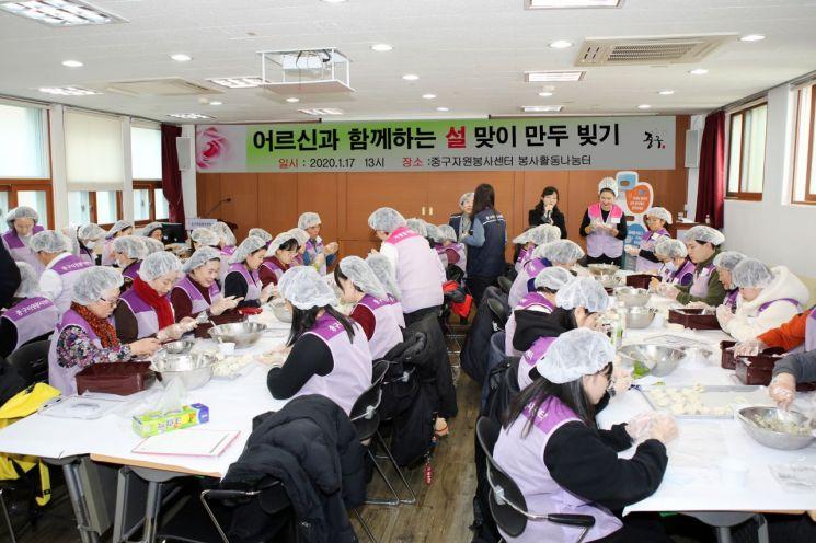 [포토]조영훈 중구의장 등 의원들 설 맞이 만두 빚기 봉사