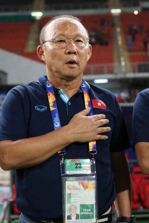 16일 오후(현지시간) 태국 방콕 라자망갈라 스타디움에서 열린 2020 아시아축구연맹(AFC) U-23 챔피언십 베트남과 북한의 조별리그 최종전에서 박항서 베트남 감독이 국가를 부르고 있다. [이미지출처=연합뉴스]