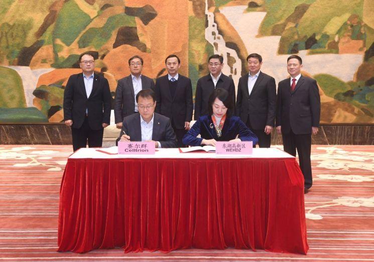 기우성 셀트리온 대표이사(앞중 왼쪽)와 천핑 동호개발구당공위 부서기가 20일 중국 우한에서 열린 바이오의약품 생산공장 설립을 위한 업무협약식에서 서명하고 있다.