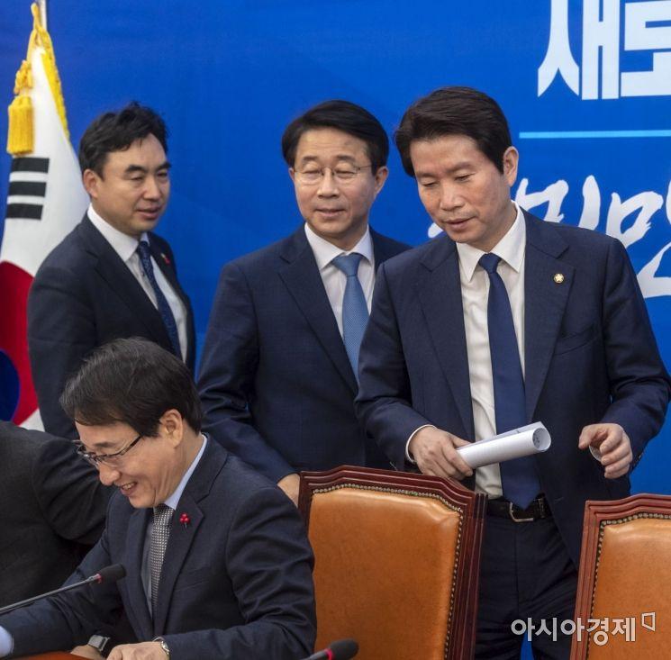 [포토] 원내대책회의 참석하는 이인영 원내대표