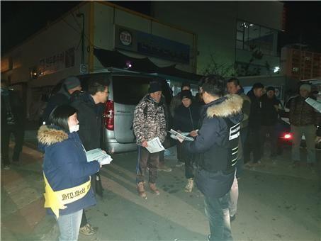 광주출입국외국인사무소 직원들이 21일 새벽 건설 인력 시장에 구직 나온 외국인을 대상으로 계도활동을 벌이고 있다.