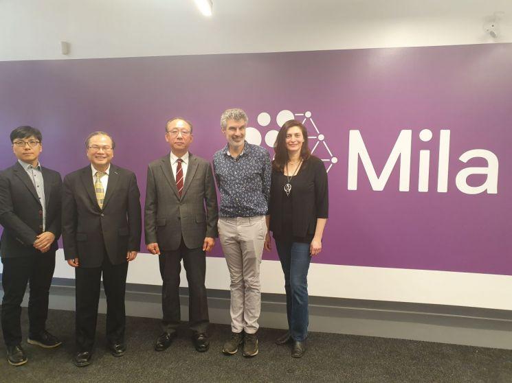 ETRI가 세계 최고의 인공지능 연구소로 인정받는 캐나다의 밀라 연구소와 파트너십 체결하고 있다. 김명준 ETRI 원장(왼쪽 3번째), 요수아 벤지오 Mila 교수(왼쪽 4번째)가 협약 체결 후 기념 촬영을 하고 있다.
