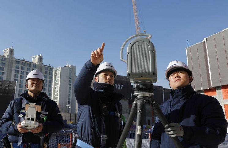 김포에서 건설중인 e편한세상 김포 로얄하임 현장에서 대림산업 직원들이 3D 스캐너와 드론을 활용하여 BIM 설계에 필요한 측량자료를 촬영하고 있다(사진=대림산업)