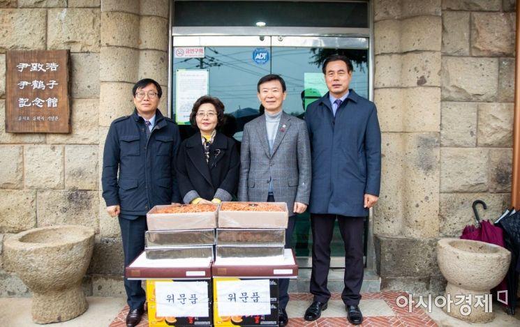 (우측 두번째)문 장관은 정애라 공생원장의 안내로 윤치호·윤학자 기념관을 들러 위문품을 전달했다. (사진=박기동 기자)