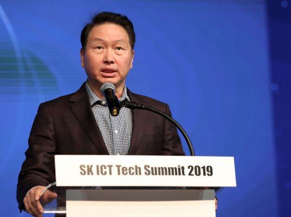 최태원 SK 회장이 지난해 10월28일 서울 광진구 워커힐 호텔에서 열린 'SK ICT Tech Summit 2019' 개막식에서 개회사를 하고 있다/사진=연합뉴스