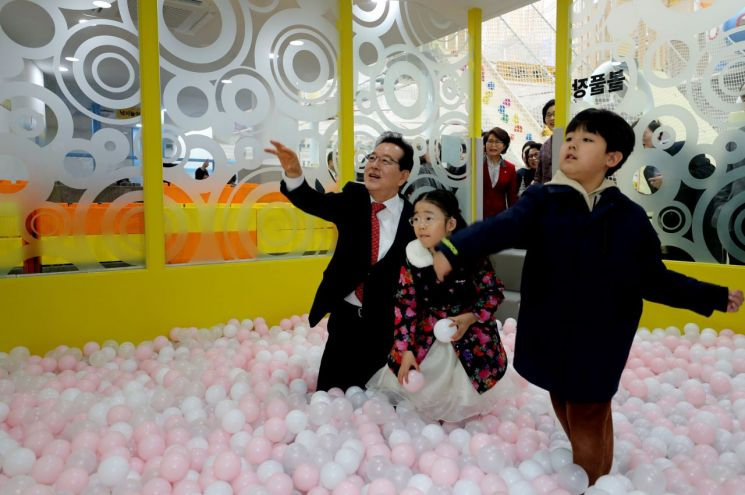 정순균 강남구청장(왼쪽)이 '미미위 클린 놀이터'에서 아이들과 함께 놀이방 체험을 하고 있다.