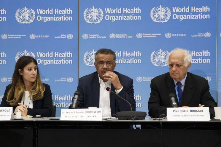 테드로스 아드하놈 게브레예수스 WHO 사무총장(중앙)이 22일 세계보건기구(WHO)의 우한 폐렴에 대한 긴급회의 결과를 브리핑 하고 있다. [이미지출처=AP연합뉴스]