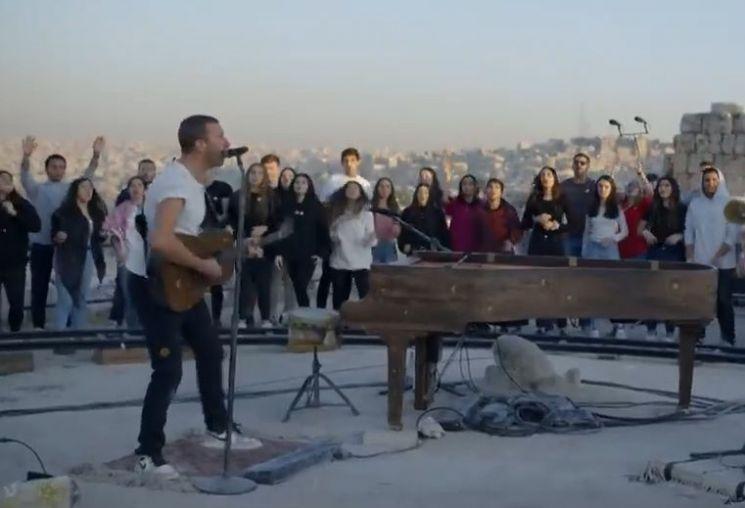 '콜드플레이'의 요르단 암만 일몰 공연에서 열창하고 있는 크리스 마틴의 모습. 공연장을 알고 찾아간 일부 암만 시민들은 복 받은 분들입니다. [사진=유튜브 화면캡처]