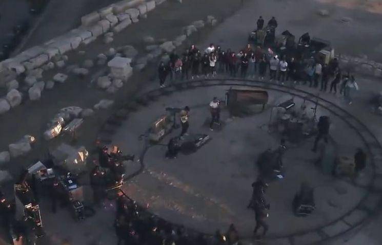 요르단의 수도 암단에서 펼쳐진 '콜드플레이'의 일몰 공연 모습. 관객도 적고, 조명도 없어 어두운 듯 하지만 현장 분위기는 그 어떤 무대보다 열정적이었다고 합니다. [사진=유튜브 화면캡처]