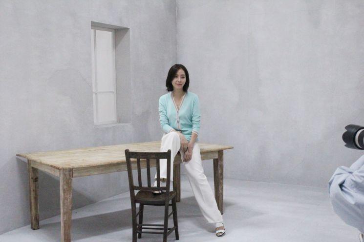 """송윤아, 2020 봄 화보 비하인드 컷 공개 """"우아美"""""""