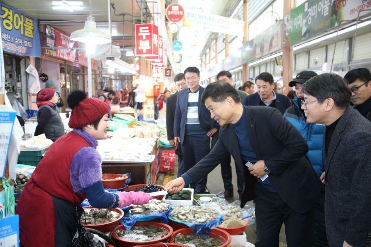 장석웅 전남교육감이 설 명절을 맞아 도교육청 직원들과 전통시장 맛보기 행사를 갖고 있다. (사진= 전남도교육청 제공)