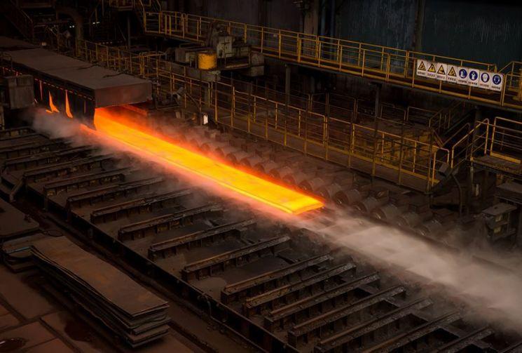 포항제철소 열연공장에서 금빛 열연강판을 제조하고 있다.
