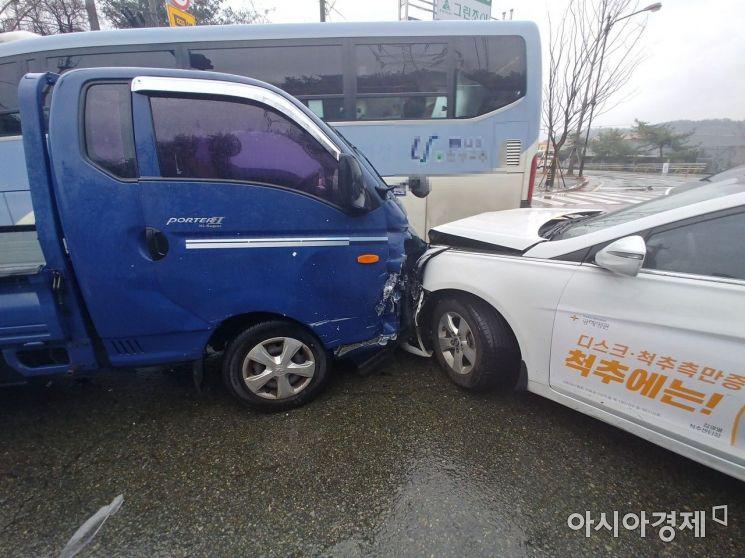 23일 오전 부산 노포 차량기지 입구 도로에서 역주행한 1t 트럭과 택시가 충돌해 있다(사진=부산경찰청).