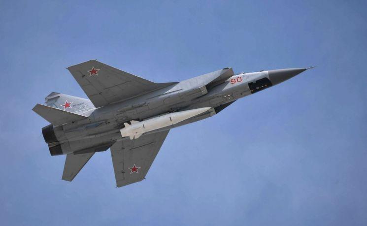미그 31 전투기에 탑재된 극초음속 순항미사일인 킨잘의 모습.[이미지출처=러시아국방부 홈페이지/http://mil.ru/]