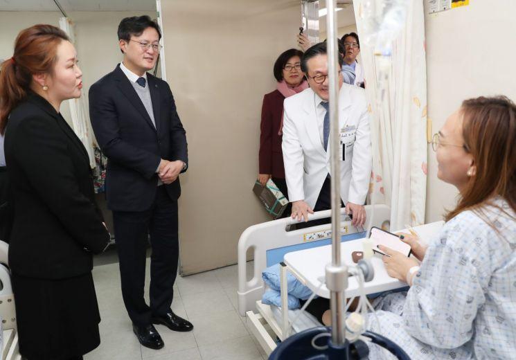 [포토]채현일 영등포구청장, 설맞아 몽골 외국인 환자 쾌유 빌어