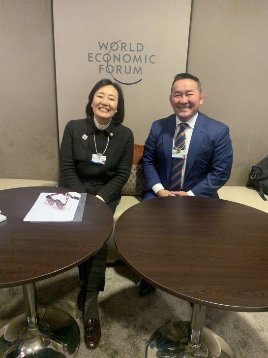박영선 중소벤처기업부 장관(왼쪽)과 칼트마 바툴가 몽골 대통령이 23일(현지시간) 스위스 다보스에서 열린 제50회 세계경제포럼에서 양국 스타트업 활성화를 위한 면담을 하면서 활짝 웃고 있다.