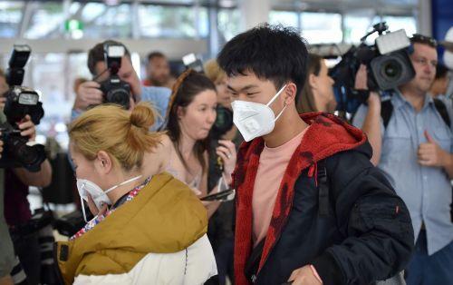 중국 우한에서 출발한 여객기 승객들이 23일 마스크를 착용한 채 호주 시드니 공항에 도착하고 있다.<이미지:연합뉴스.AFP>