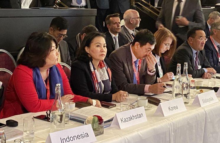 유명희 산업통상자원부 통상교섭본부장은 24일(현지시간) 다보스 모리사니 슈바이처호프 호텔에서 열린 WTO 전자상거래 회의에 참석, 지난 협상의 성과에 대해 평가하고 향후 협상진전 방안 등에 대해 발언했다.
