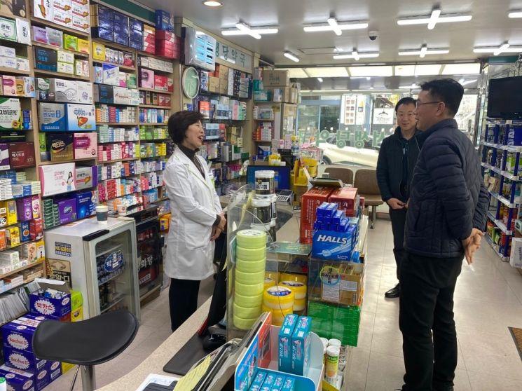 최홍연 동대문구 부구청장(오른쪽 첫번째)가 25일 오후 이문동 당번약국을 방문, 약사와 얘기를 나누고 있다.
