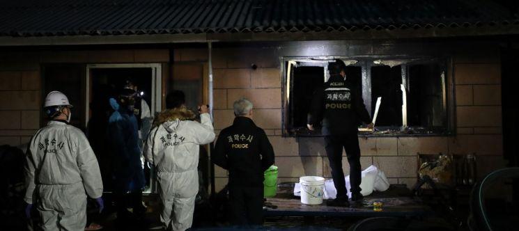 25일 태국인 노동자 3명이 숨진 채 발견된 전남 해남군 현산면 주택에서 경찰 과학수사 요원과 형사가 현장 조사를 하고 있다. [이미지출처=연합뉴스]