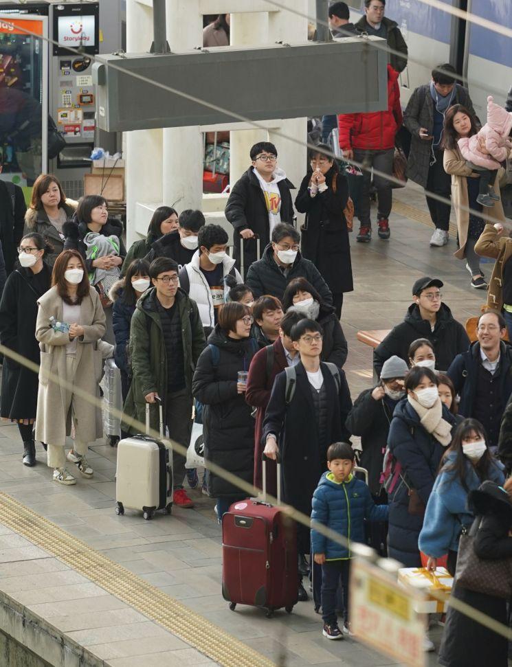설 연휴 사흘째이자 국내에서 세 번째 우한 폐렴 확진 환자가 발생한 26일 서울역에서 마스크를 쓴 귀경객이 플랫폼을 나서고 있다. [이미지출처=연합뉴스]