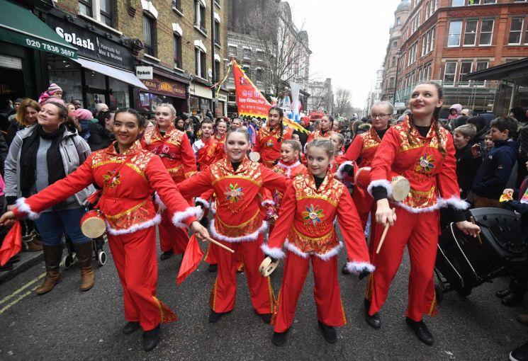 영국 런던에서 열린 춘제 기념 행진의 모습 [이미지출처=EPA연합뉴스]