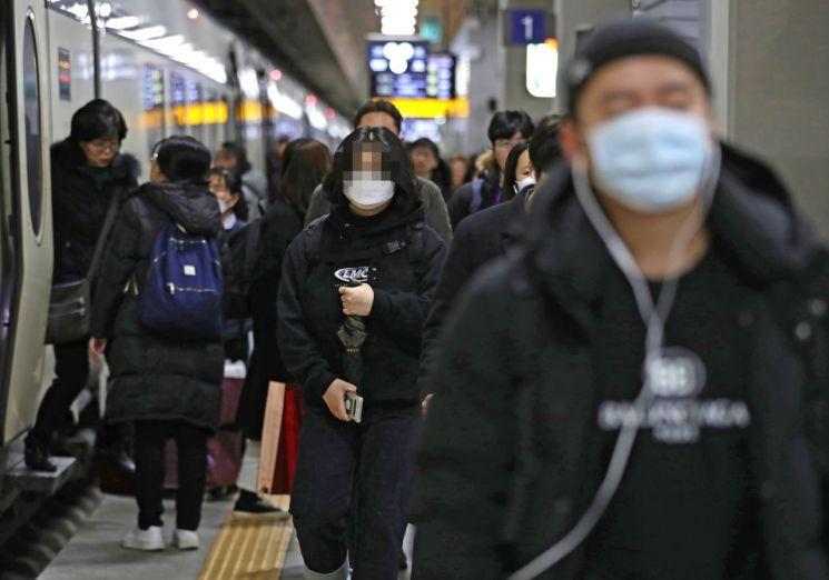 '우한 폐렴'으로 불리는 신종 코로나바이러스가 전세계로 확산되고 있는 가운데 27일 오전 서울 수서역에서 귀경객들이 마스크를 쓴 채 플랫폼을 나서고 있다.<이미지:연합뉴스>