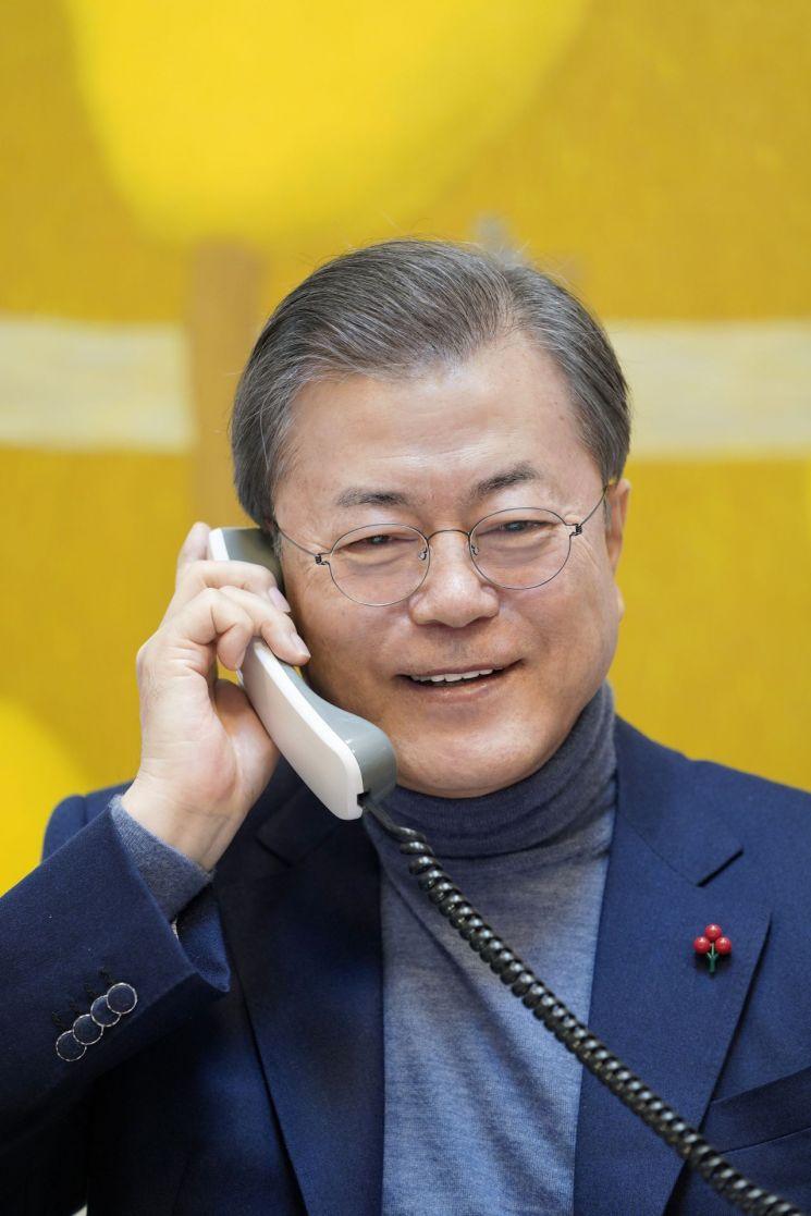 문재인 대통령이 설 연휴 첫날인 24일 오전 경남 양산 사저에서 SBS 라디오 '아름다운 이 아침 김창완입니다'에 전화통화로 새해인사를 전하고 있다. <사진=청와대 제공>
