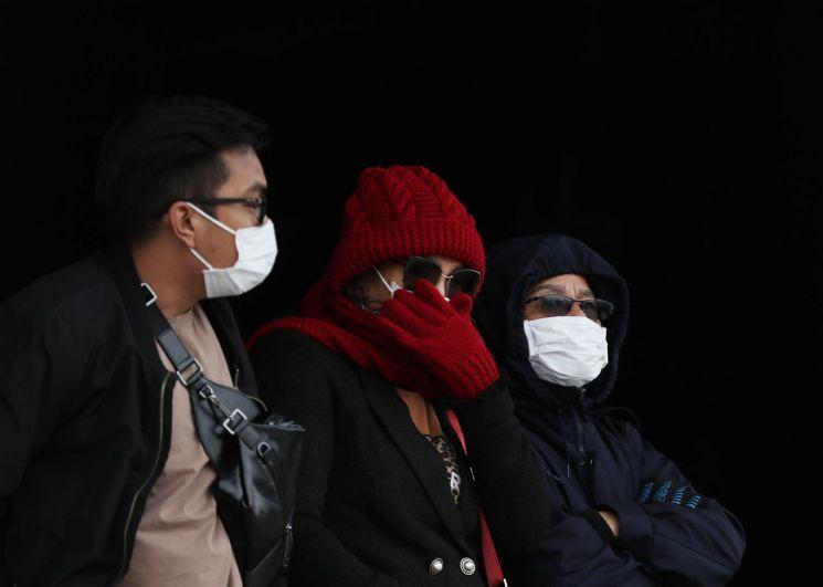 국내에서 신종 코로나바이러스 감염증인 '우한 폐렴' 네번째 확진환자가 발생한 가운데 27일 오후 서울 경복궁을 찾은 관람객이 마스크를 쓰고 있다. <이하 사진=연합뉴스>