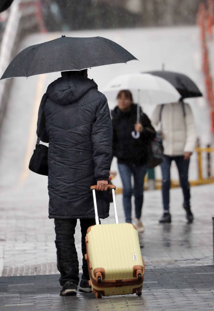 설 연휴 마지막 날인 27일 부산에 강풍 특보가 내려졌다. 귀경객들이 우산을 들고 금정구 부산종합버스터미널 입구로 들어가고 있다. / 사진=연합뉴스