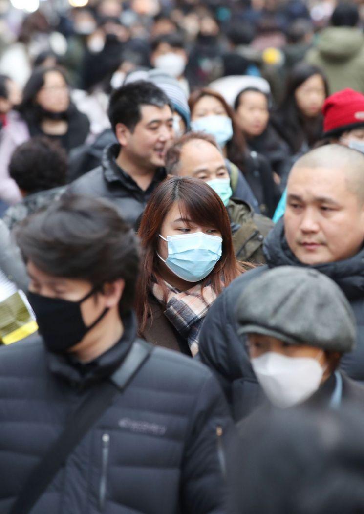 신종 코로나바이러스 감염증인 '우한 폐렴' 네 번째 국내 확진자가 발생한 27일 오후 중구 명동 거리에서 마스크를 쓴 외국인 관광객들이 발걸음을 옮기고 있다. <사진=연합뉴스>