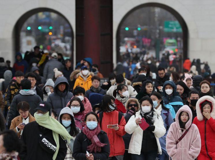 국내에서 신종 코로나바이러스 감염증인 '우한 폐렴' 네번째 확진환자가 발생한 가운데 27일 오후 서울 경복궁을 찾은 관람객이 마스크를 쓰고 있다.