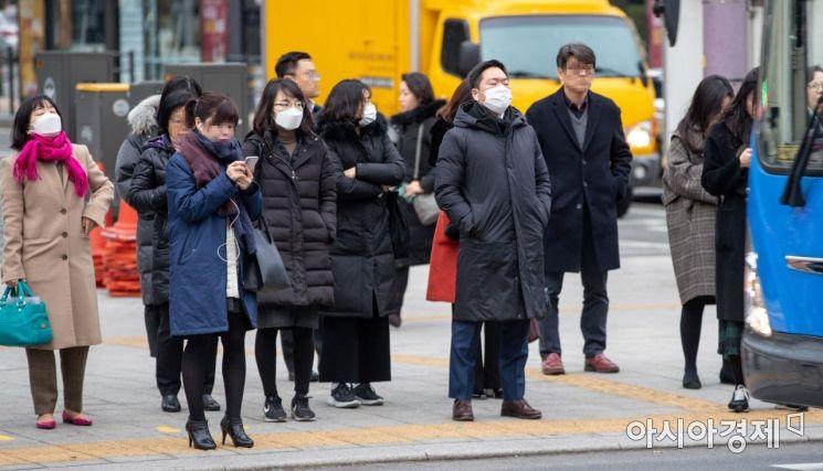 신종코로나바이러스 감염증인 '우한 폐렴' 공포가 확산되고 있는 28일 서울 종로구 세종로 네거리에서 직장인들이 마스크를 착용한채 출근길에 오르고 있다./강진형 기자aymsdream@