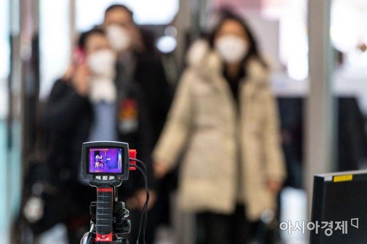 신종코로나바이러스 감염증인 '우한 폐렴' 공포가 확산되고 있는 28일 경기 성남 분당서울대학교병원에서 병원 이용객들을 대상으로 발열확인검사를 하고 있다./성남=강진형 기자aymsdream@