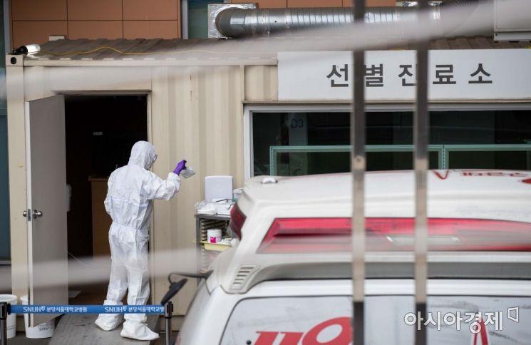 신종코로나바이러스 감염증인 '우한 폐렴' 공포가 확산되고 있는 28일 경기 성남 분당서울대학교병원에서 선별진료소가 운영되고 있다./성남=강진형 기자aymsdream@
