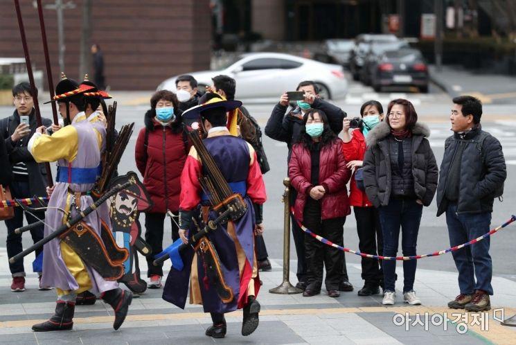 신종 코로나바이러스 감염증(우한 폐렴) 확산에 시민들의 불안이 커지고 있는 28일 서울 중구 덕수궁에서 관광객들이 왕궁수문장 교대의식을 보고 있다. /문호남 기자 munonam@